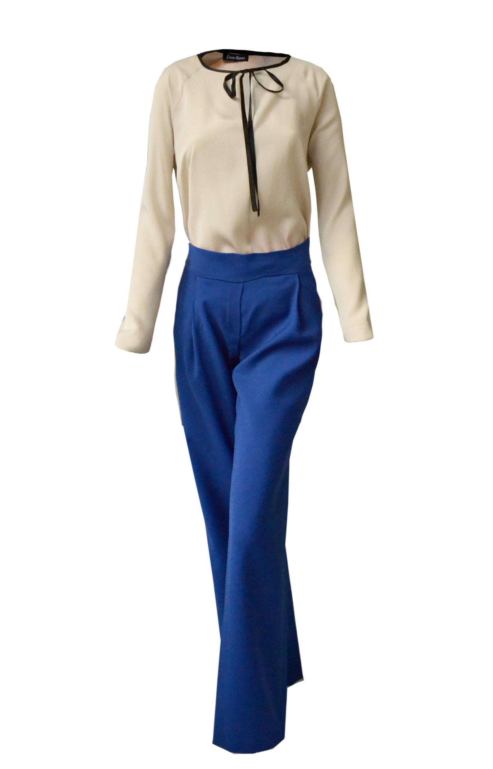 Blaue Hose und weite Bluse mit Raglanärmeln